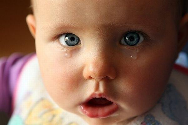 Почему новорожденный плачет после кормления грудным молоком