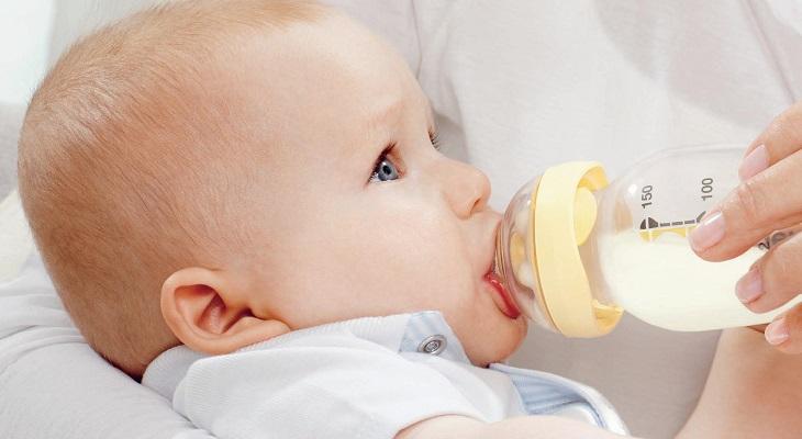 Малыш пьет из бутылочки
