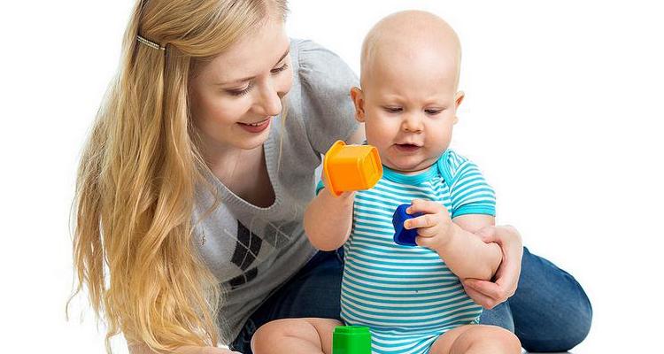 Ребенок держит кубики