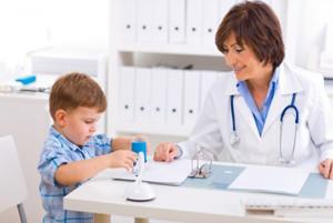 ребенок сидит в кабинете врача