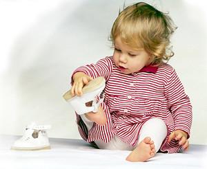 девочка мерит обувь