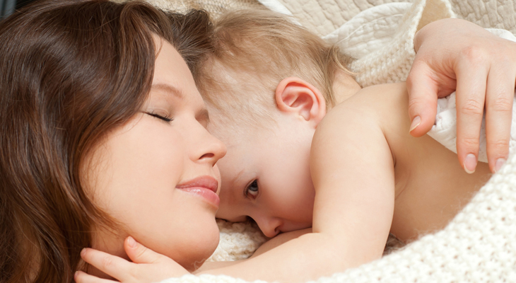 Мама и ребенок лежат в обнимку