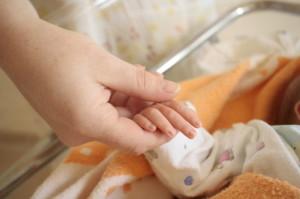 Рука мамы и новорожденного