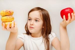 Девочка с едой в руках