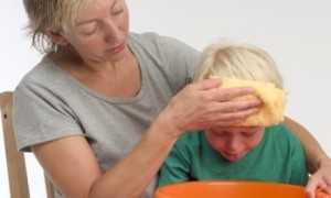 Ребенок с мамой у тазика