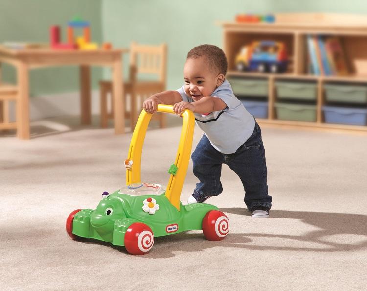 Малыш опирается на ходунки
