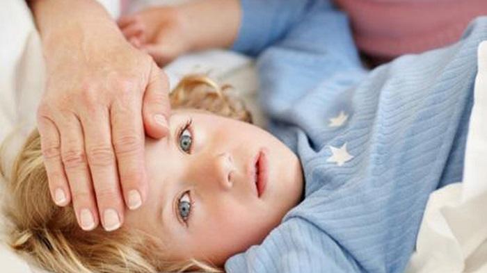Проверка температуры у больного ребенка