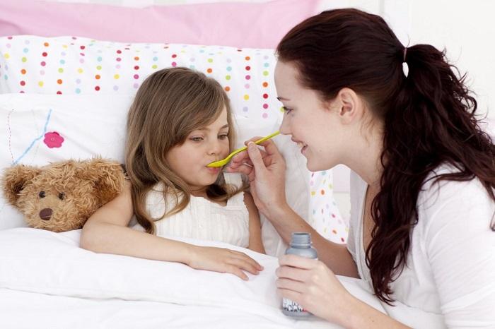 Мама лечит ребенка в кровати