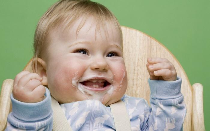 Ребенок срыгнул с кровью после кормления причины