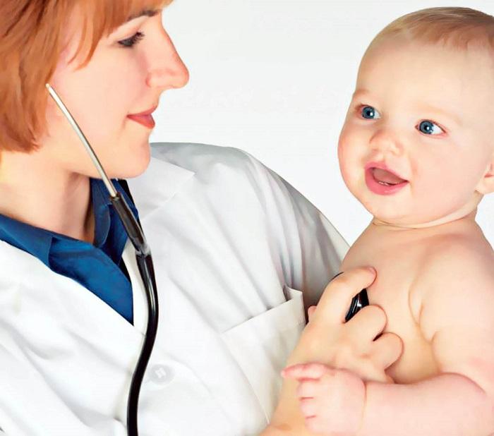 Доктор прослушивает грудничка