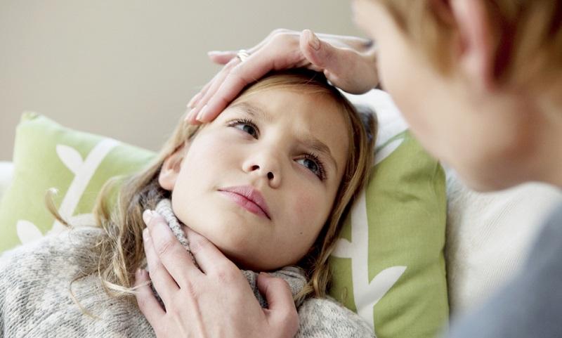 Мама обследует больную дочку