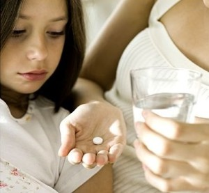 Мама дает дочке таблетку от тошноты