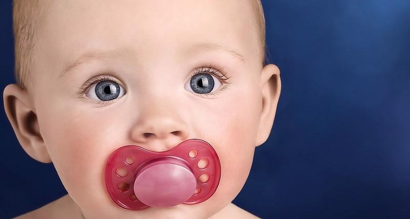 Отучение малыша от груди с помощью соски