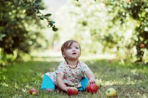 Мальчик сидит в тени деревьев из-за аллергии