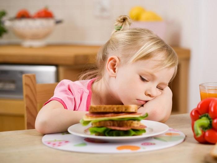 Девочка с аллергией не может есть бутерюрод