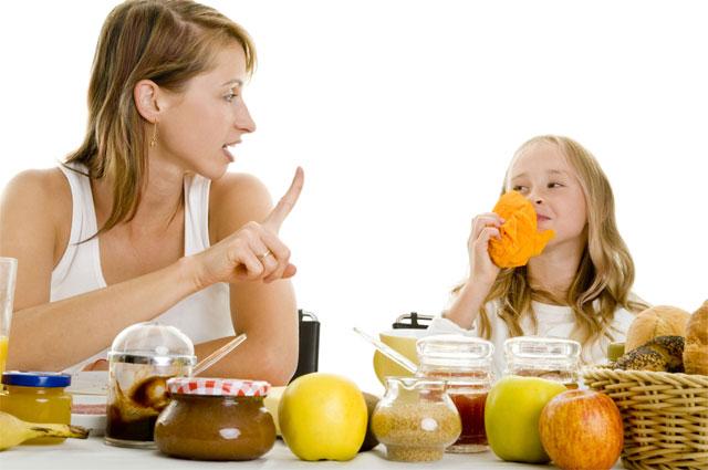 Мама учит дочку правильно питаться
