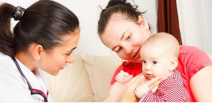 Врач осматривает лимфоузлы ребёнка