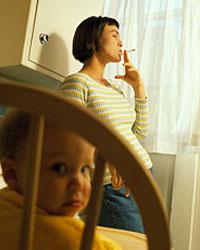 Мама курит рядом с ребёнком в комнате