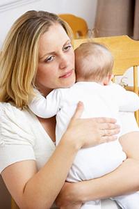 Ребенок на руках у мамы плачет