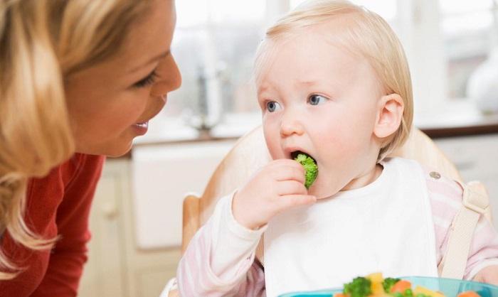 Кушающий ребенок