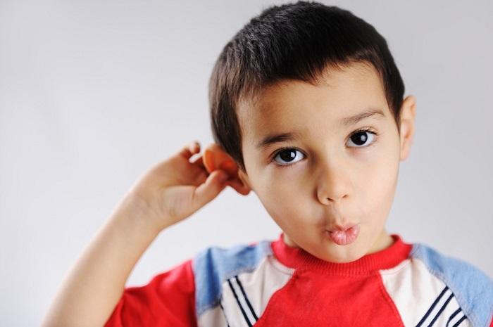 Мальчик оттопырил свое ухо