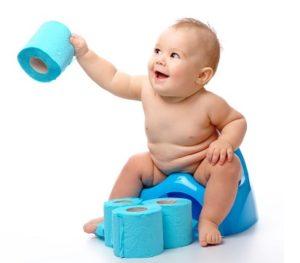 Малыш на горшке и туалетная бумага