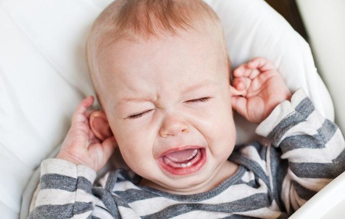 Боль в ушах у маленького ребенка
