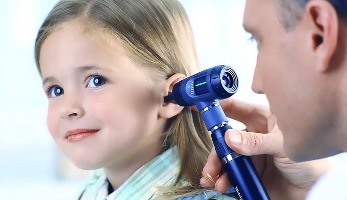 девочка на осмотре отита у врача