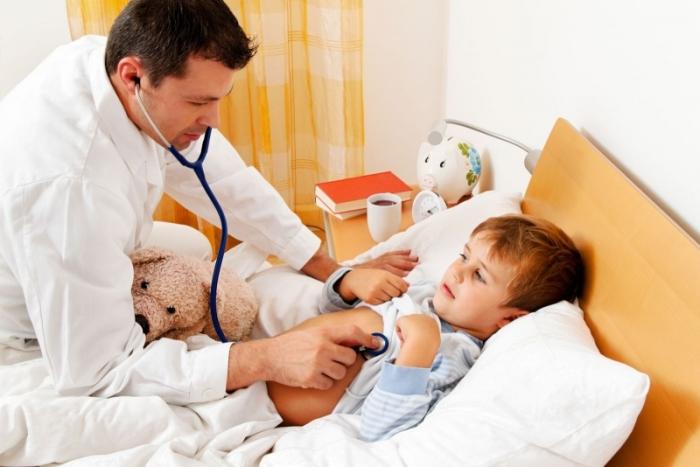 Отоларинголог осматривает ребенка