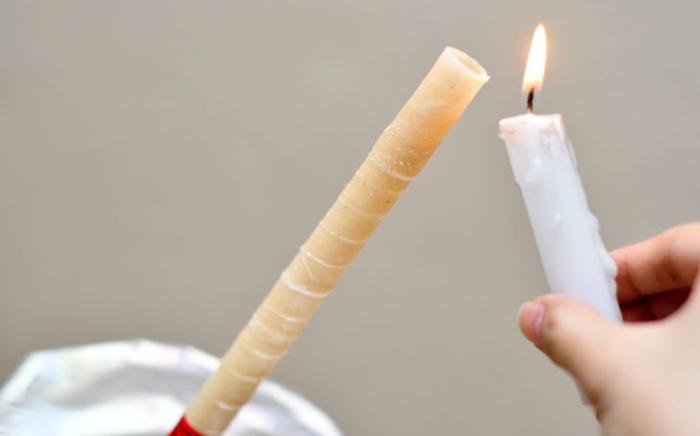 Поджигание восковой свечи для ушей