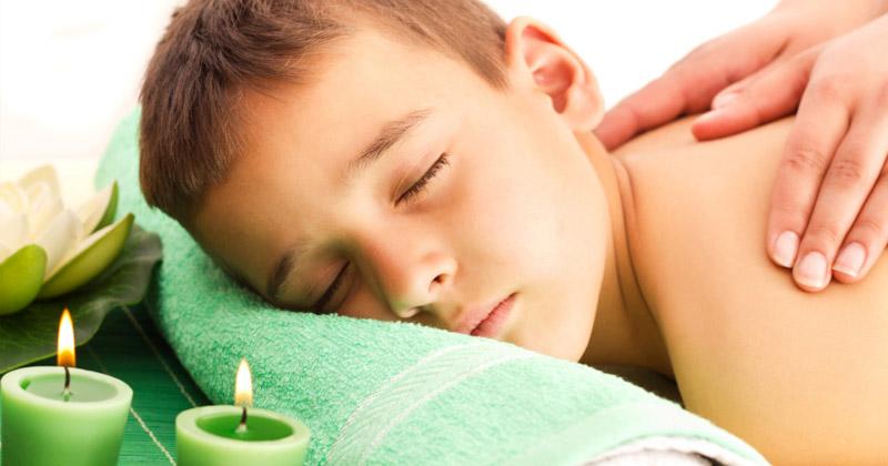 Мальчику делают расслабляющий массаж