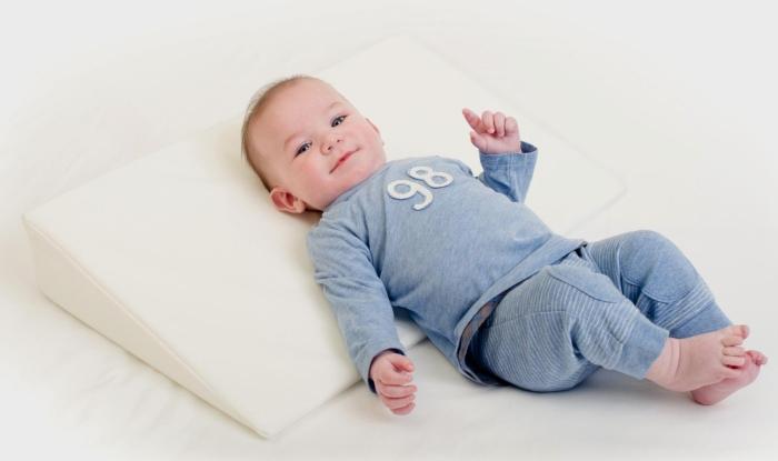 Наклонная подушка для ребенка