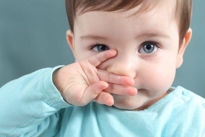 Малыш подтирает носик после соплей