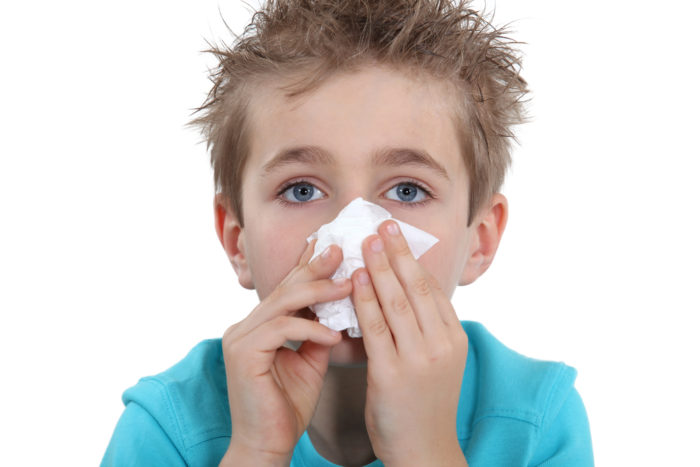 У мальчика идет кровь из носа и он прикрылся платком