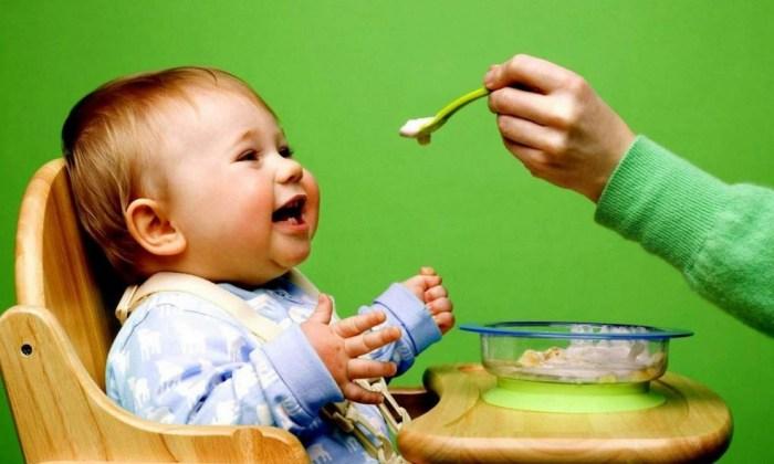 Ребенку протягивают ложку с едой