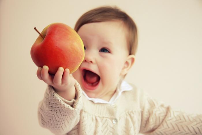 Кормление ребенка яблоком