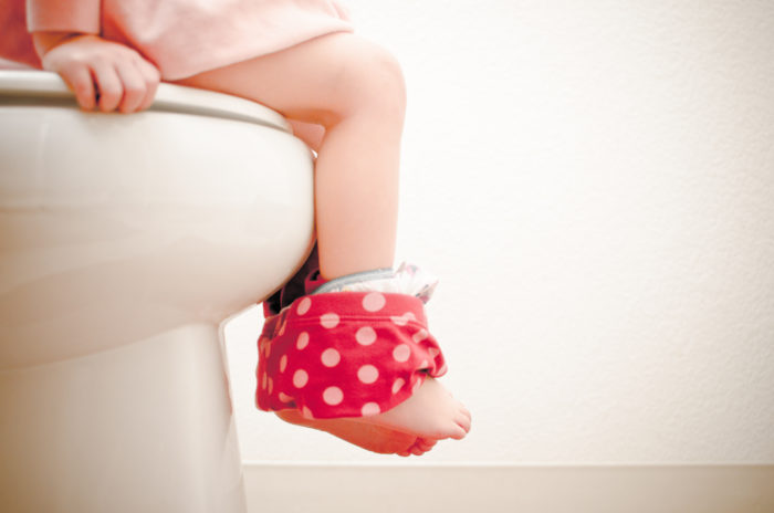 Ребенок на унитазе с поносом