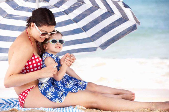 Мама с дочкой на солнечном пряже