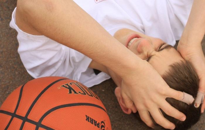 Мальчик ударился головой во время баскетбола и получил сотрясение