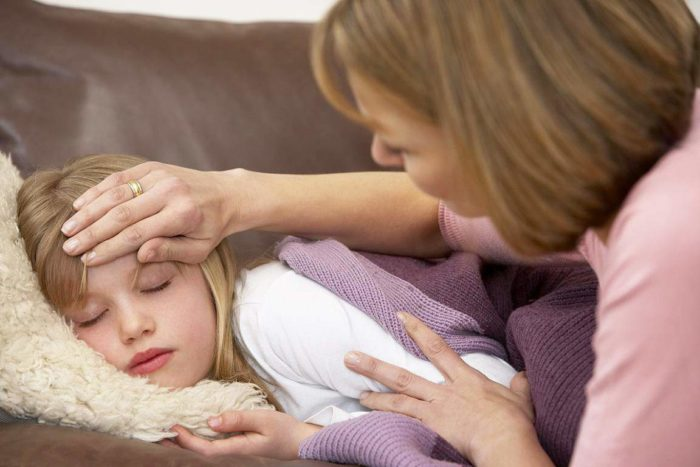девочка с температурой спит на диване