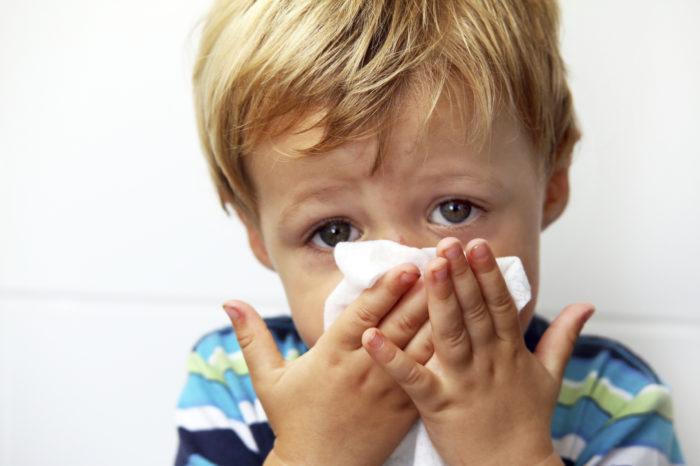 Мальчик вытирает нос от соплей