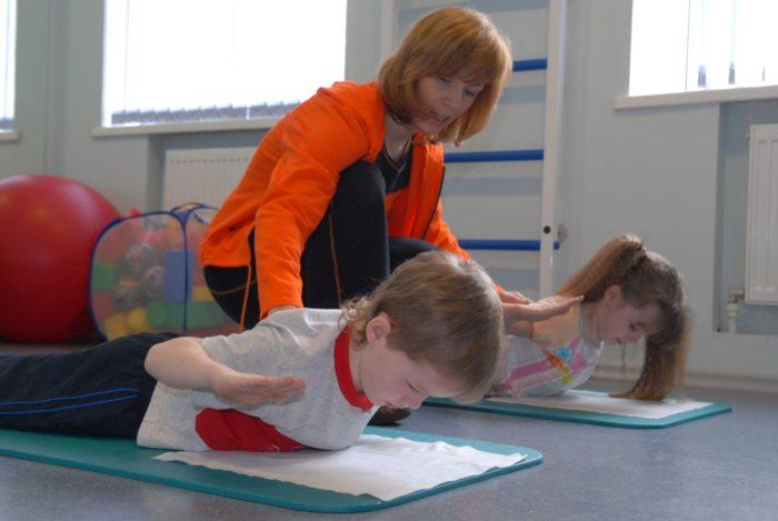 Дети занимаются гимнастикой при сколиозе