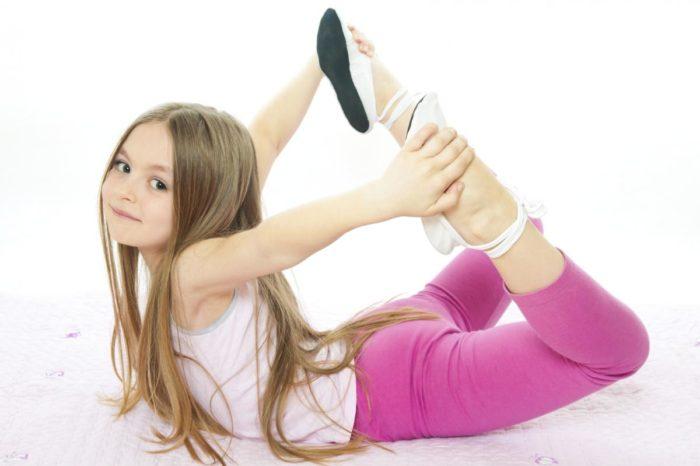 Упражнение при сколиозе выполняется маленькой девочкой