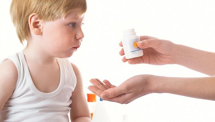 Мальчик принимает препарат от диареи от мамы