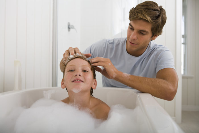 Отец моет голову сыну в ванной