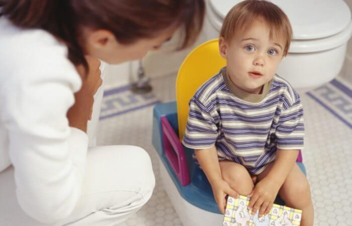 Малыш с болью в животе и поносом на горшке