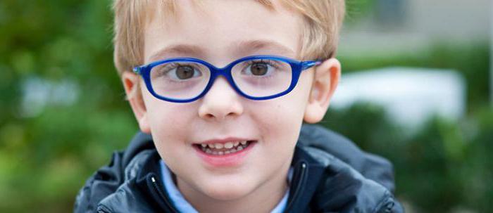 мальчик с астигматизмом в очках