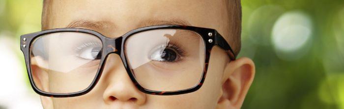 Ребенок в цилиндрических очках
