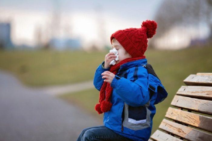 Больной ребенок на улице