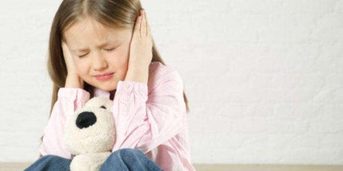 Девочка с болью в ушах от отита